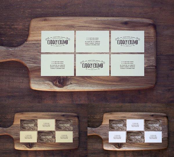 Tarjeta de visita en una tabla de cortar de madera