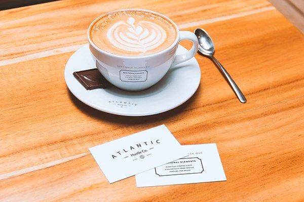 mockups de la tarjeta de visita y de la taza de café