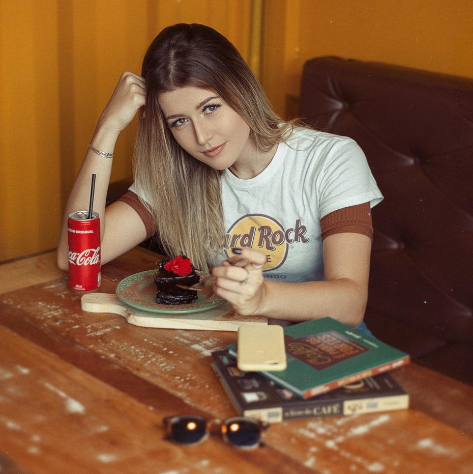 Mujer comiendo en el restaurante