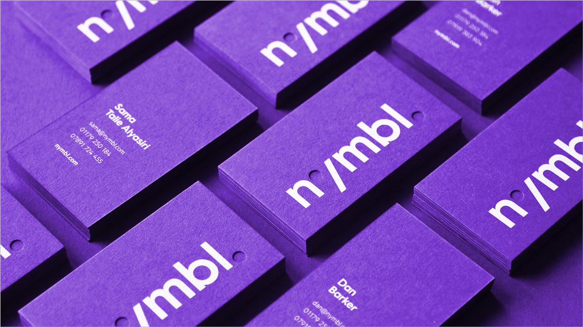 diseño de tarjeta de visita púrpura negrita