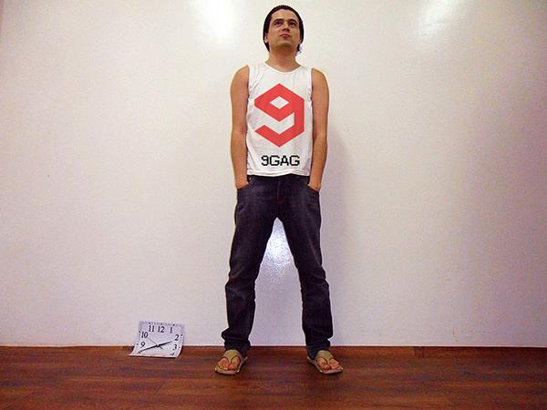 Modelo y camisetas masculinas gratuitas de PSD Mockup