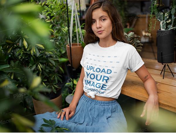 Maqueta de camiseta de una mujer relajándose en su jardín